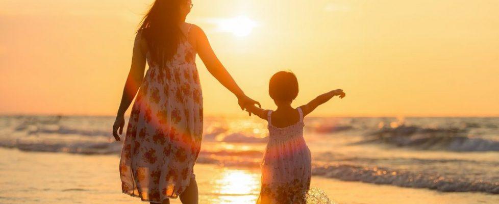 kobieta dziecko zachód słońca plaża