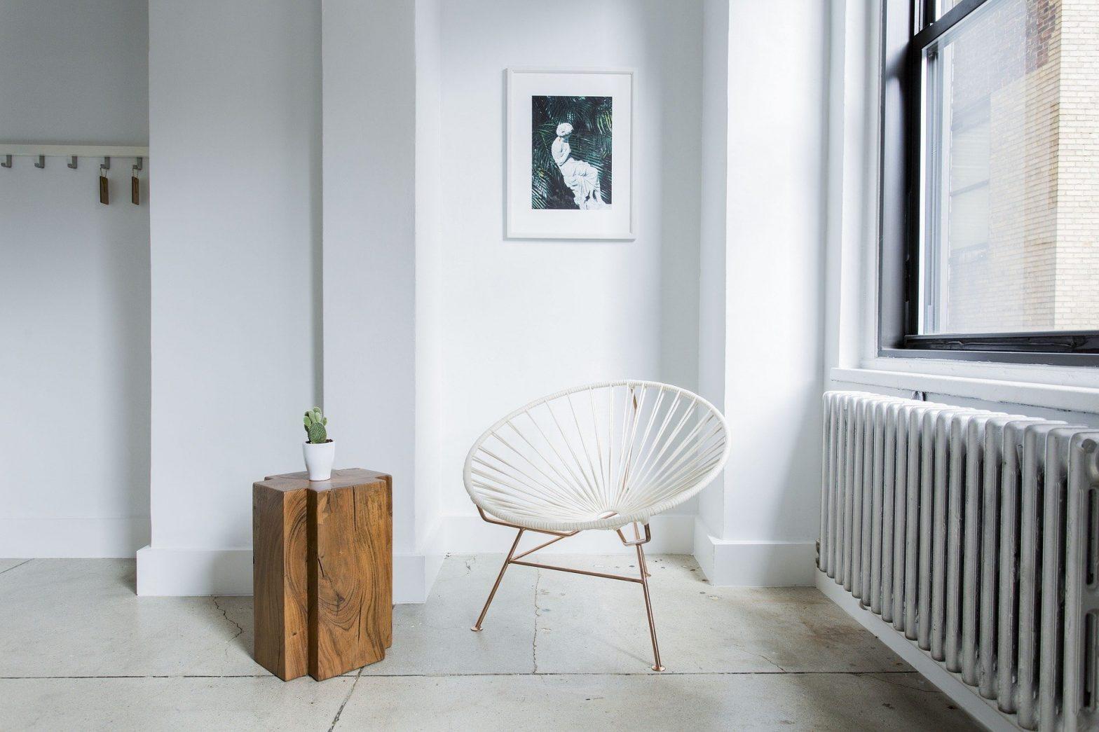 wnętrze nowoczesne, krzesło, stolik, drewno, biel, szarość