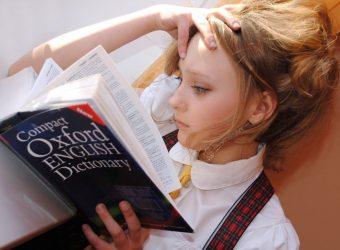 młoda kobieta, dziewczyna, książka do nauki, język angielski