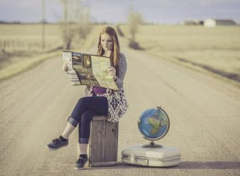 podróżniczka, wycieczka, dziewczyna, walizka, globus, droga, pustynia, mapa